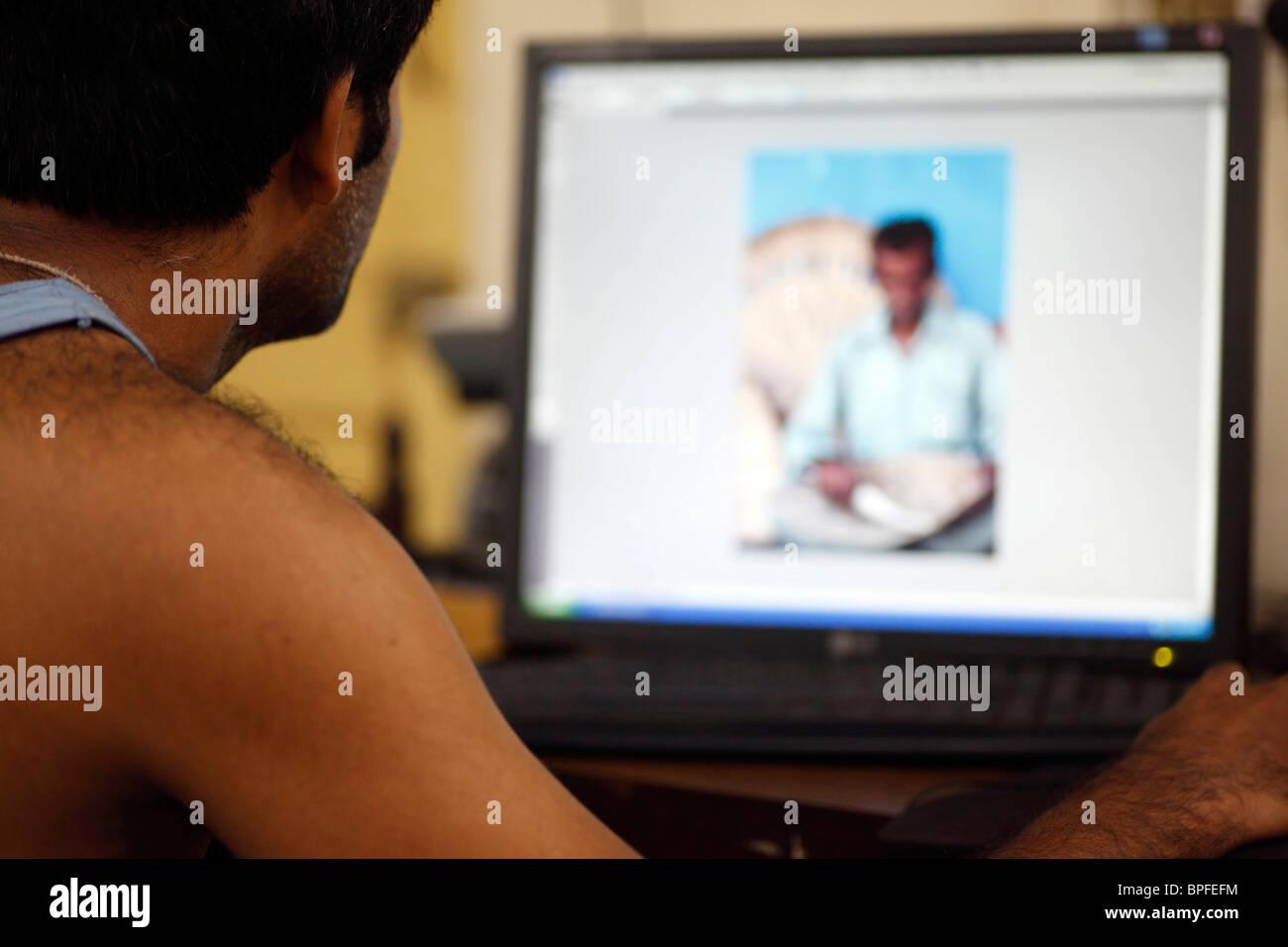 Einen Fotografen überwacht seine digitale Bildverarbeitung. Stockbild