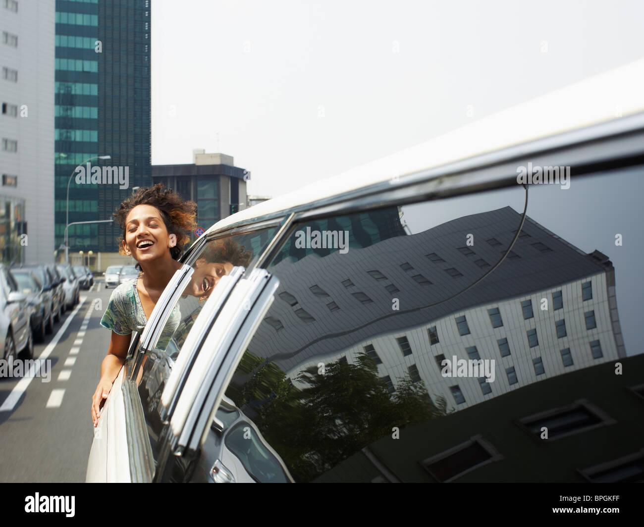 Frau mit Kopf aus Limousinen Fenster Stockbild