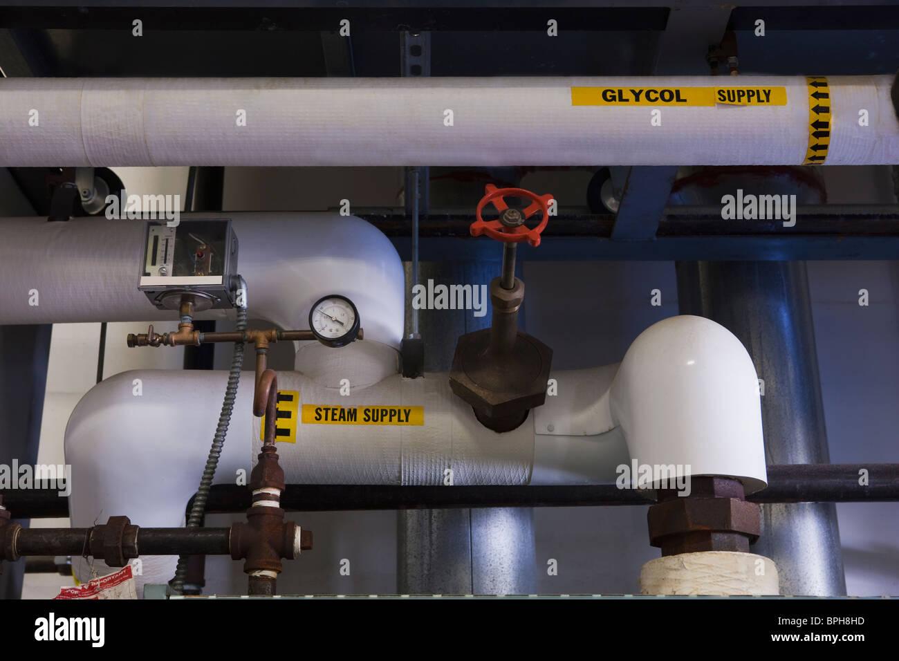 Glykol und Dampf liefern Rohrleitungen in einer Brauerei Stockbild