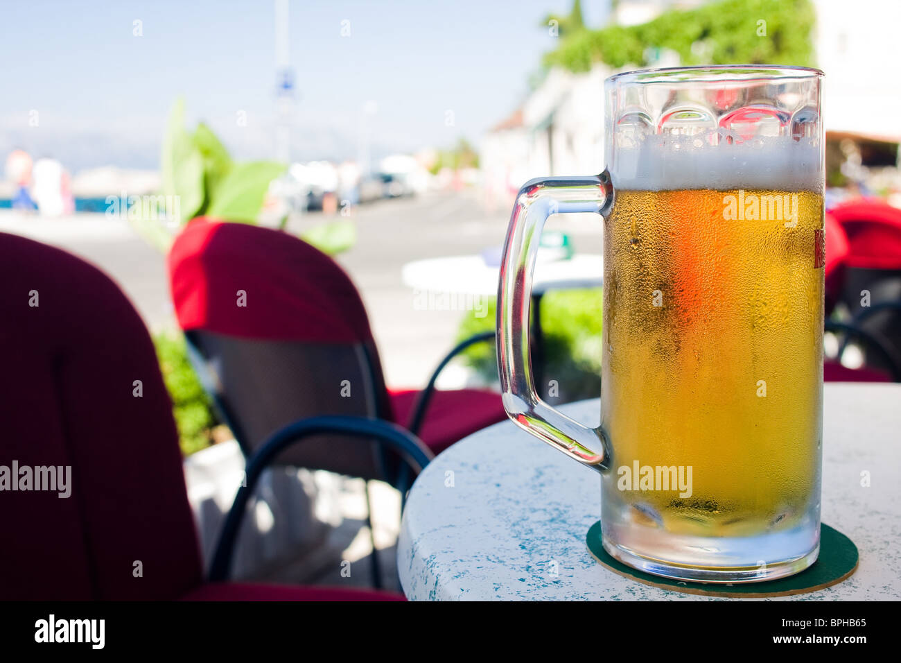Bierkrug auf dem Tisch Stockbild