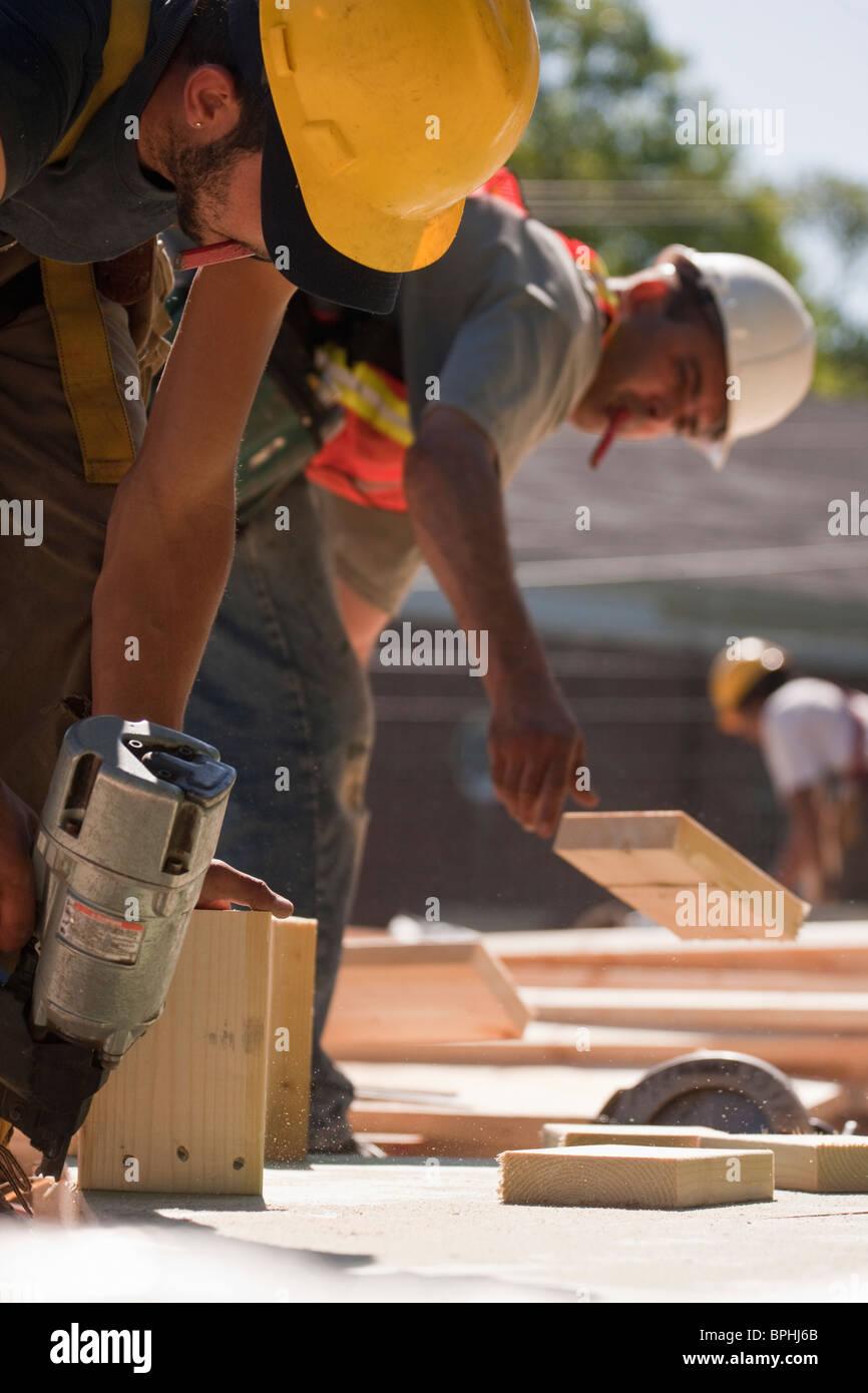 Tischler arbeiten mit Nagel Pistole und Holz Stockfoto, Bild ...