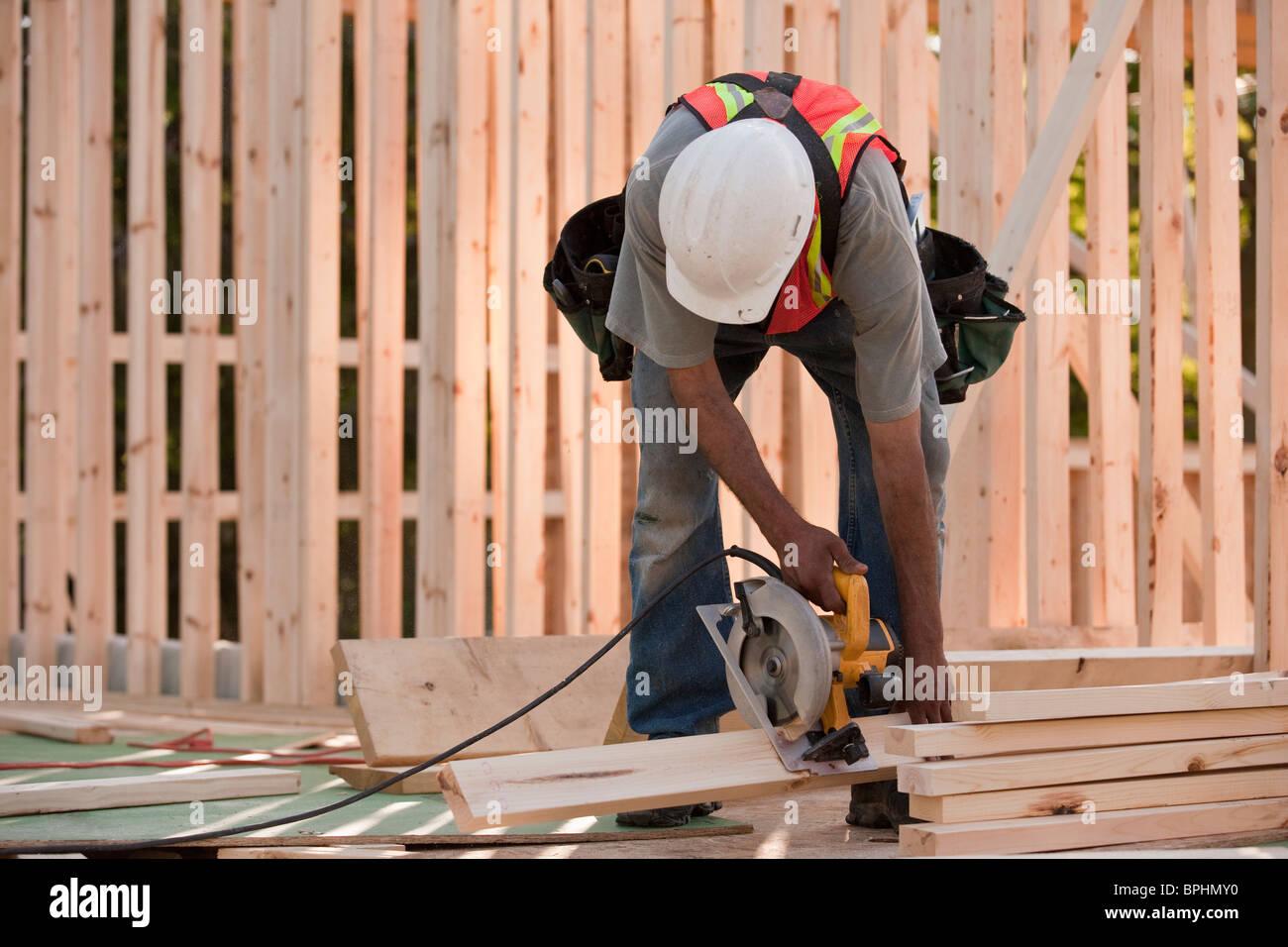 Sägen von Holz für die Gestaltung von Haus Zimmermann Stockfoto ...