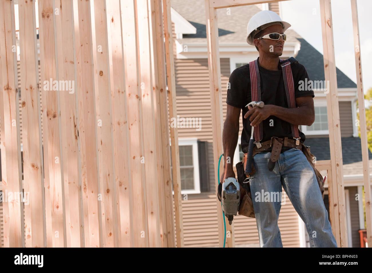 Tischler arbeiten mit einem Hammer und Nagel Pistole Stockfoto, Bild ...