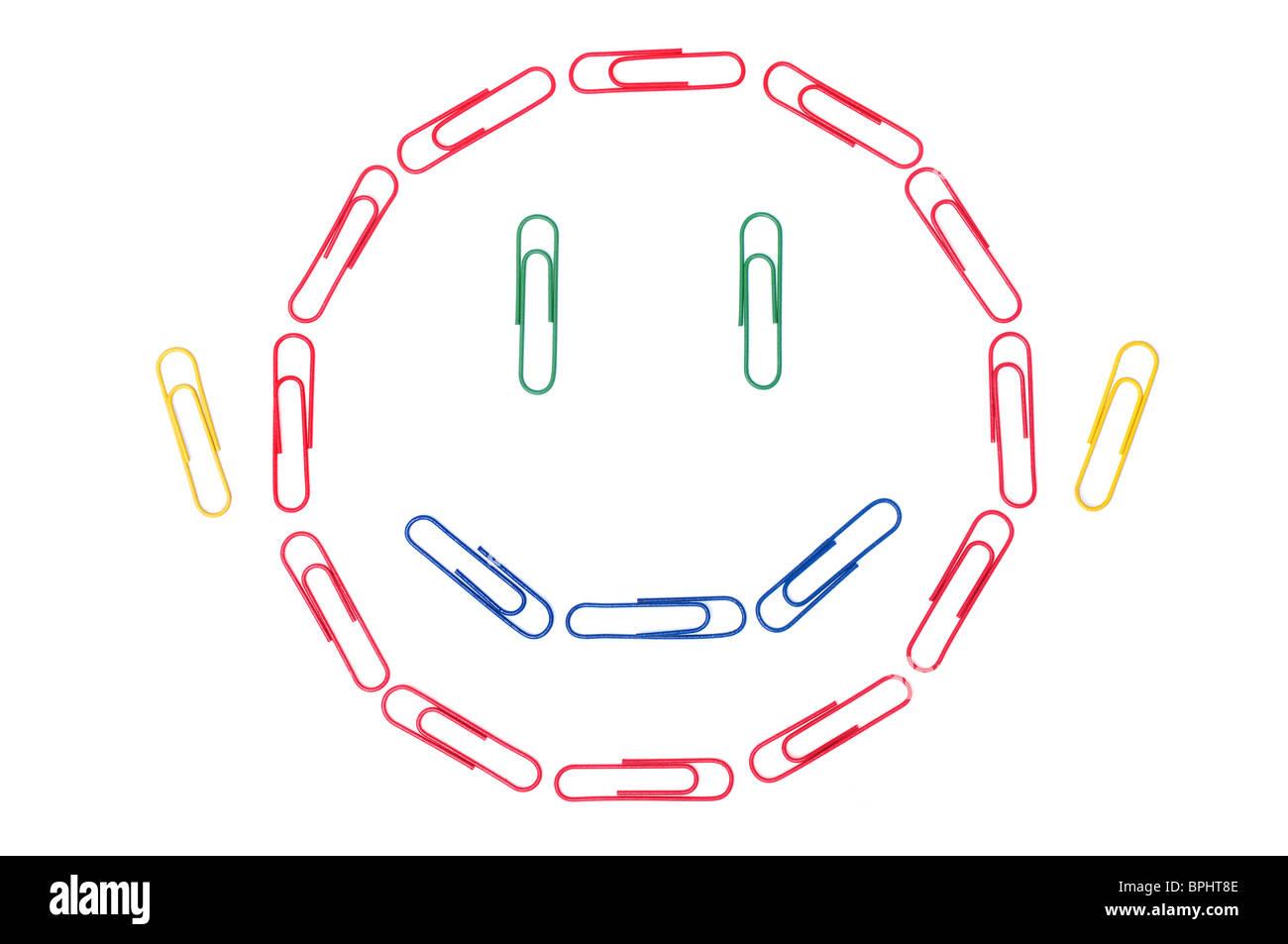 Büro-Smiley - lächelndes Gesicht bestehend aus Büroklammern. Stockfoto
