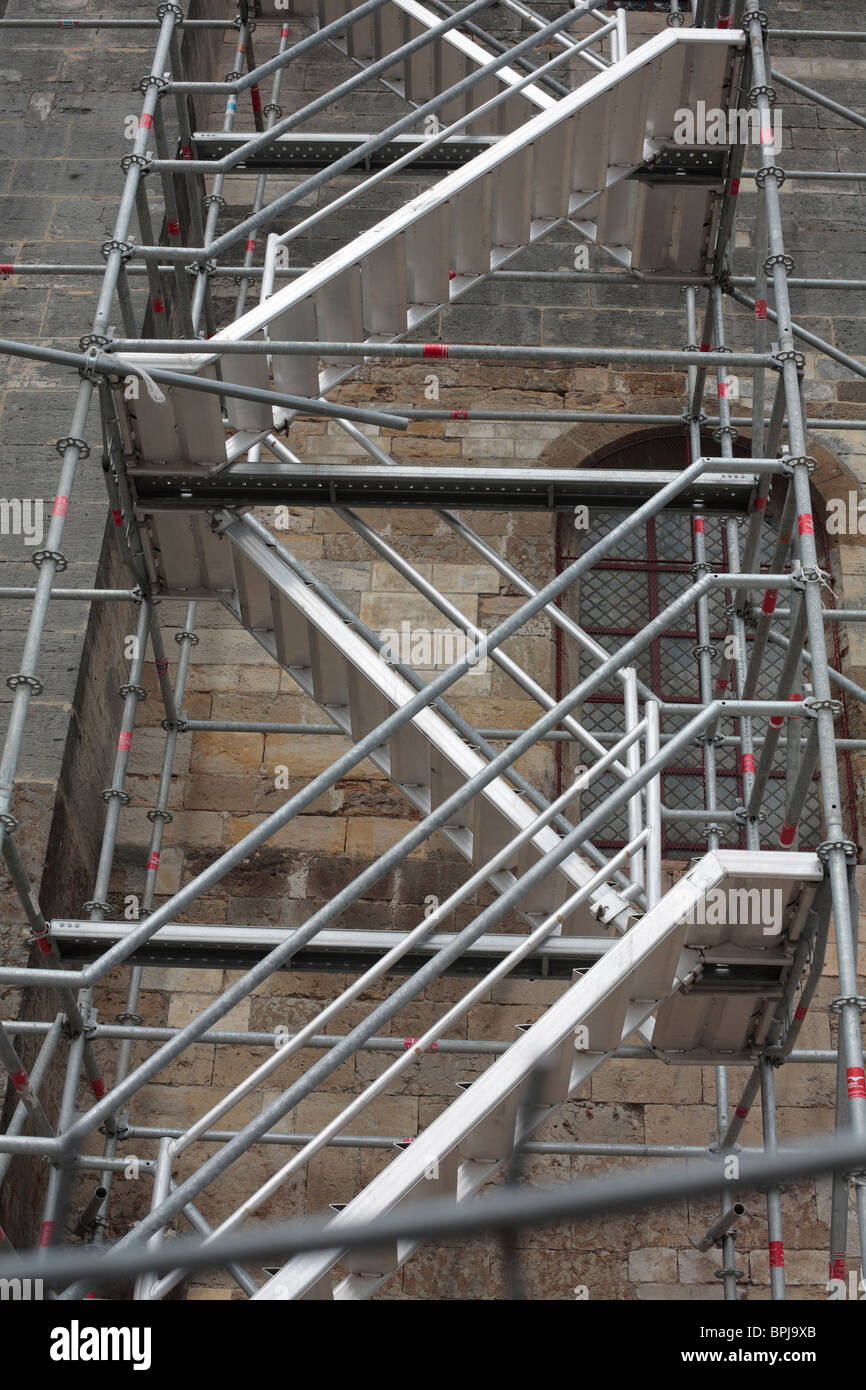 Gerüst an der Basilika Sainte Madeleine in Vezelay, Burgund, Frankreich. Stockbild