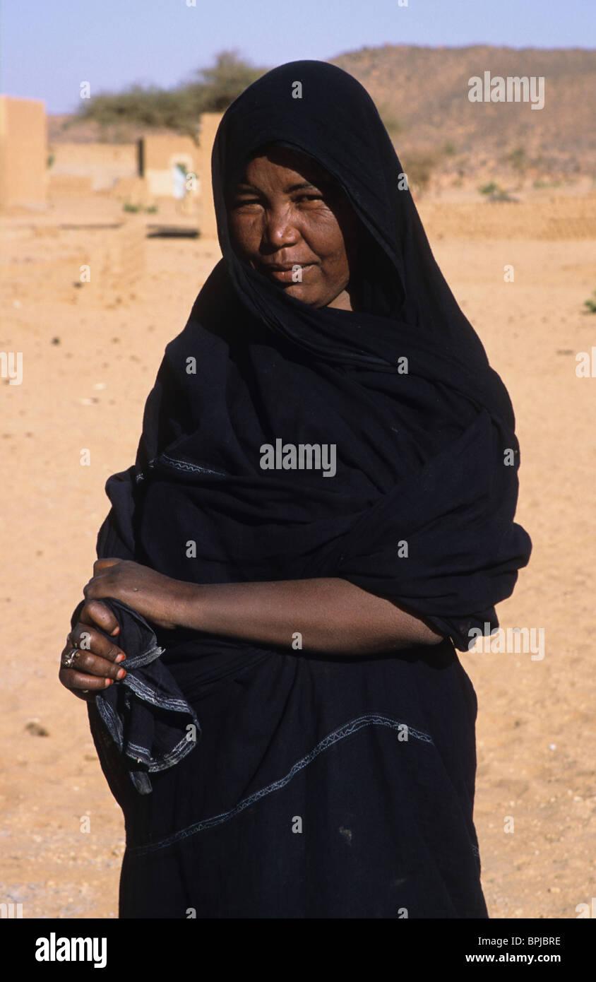 Ein Tuareg-Frau in traditioneller indigo Roben, Abeibara, nördliche Mali, Westafrika Stockbild