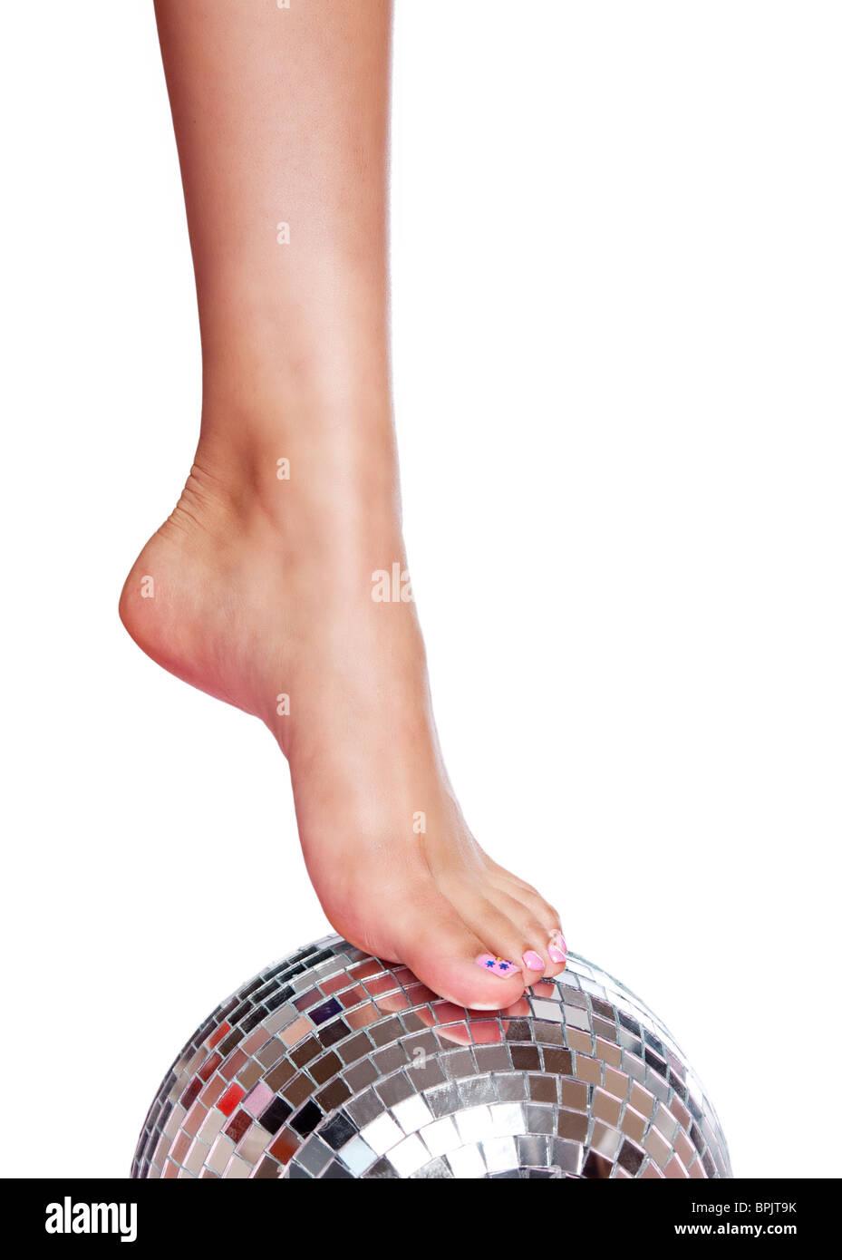 Hübsche Fuß mit lackierten Zehen Nägel auf eine Disco-Kugel auf ...