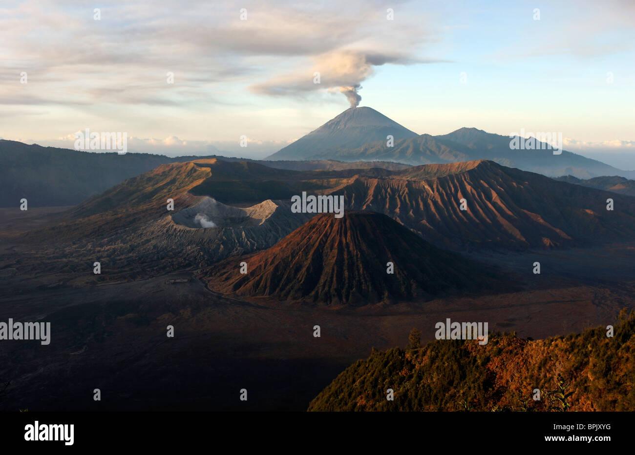 26. August 2005 - Tengger Caldera mit ausbrechenden Semeru, Insel Java, Indonesien. Stockbild