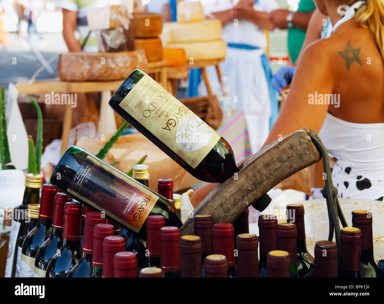 Käse und Wein am Marktstand in Teror auf Gran Canaria Stockbild