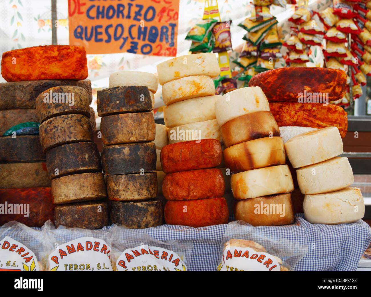 Käse am Marktstand in Teror auf Gran Canaria Stockbild