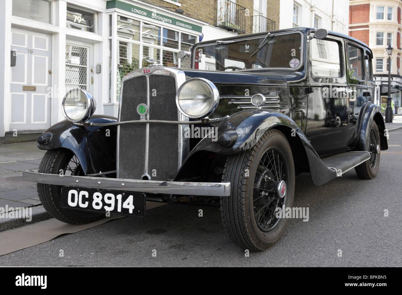Einen großen britischen Oldtimer parkten die BSA-10 in York Street während vor Ort für eine Filmproduktion Stockbild