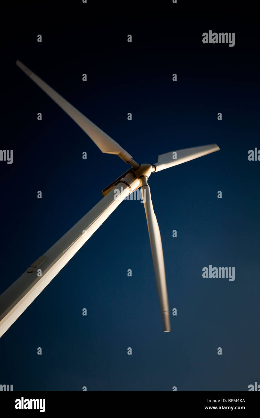 Moderne Windkraftanlage gegen blauen Himmel Stockbild
