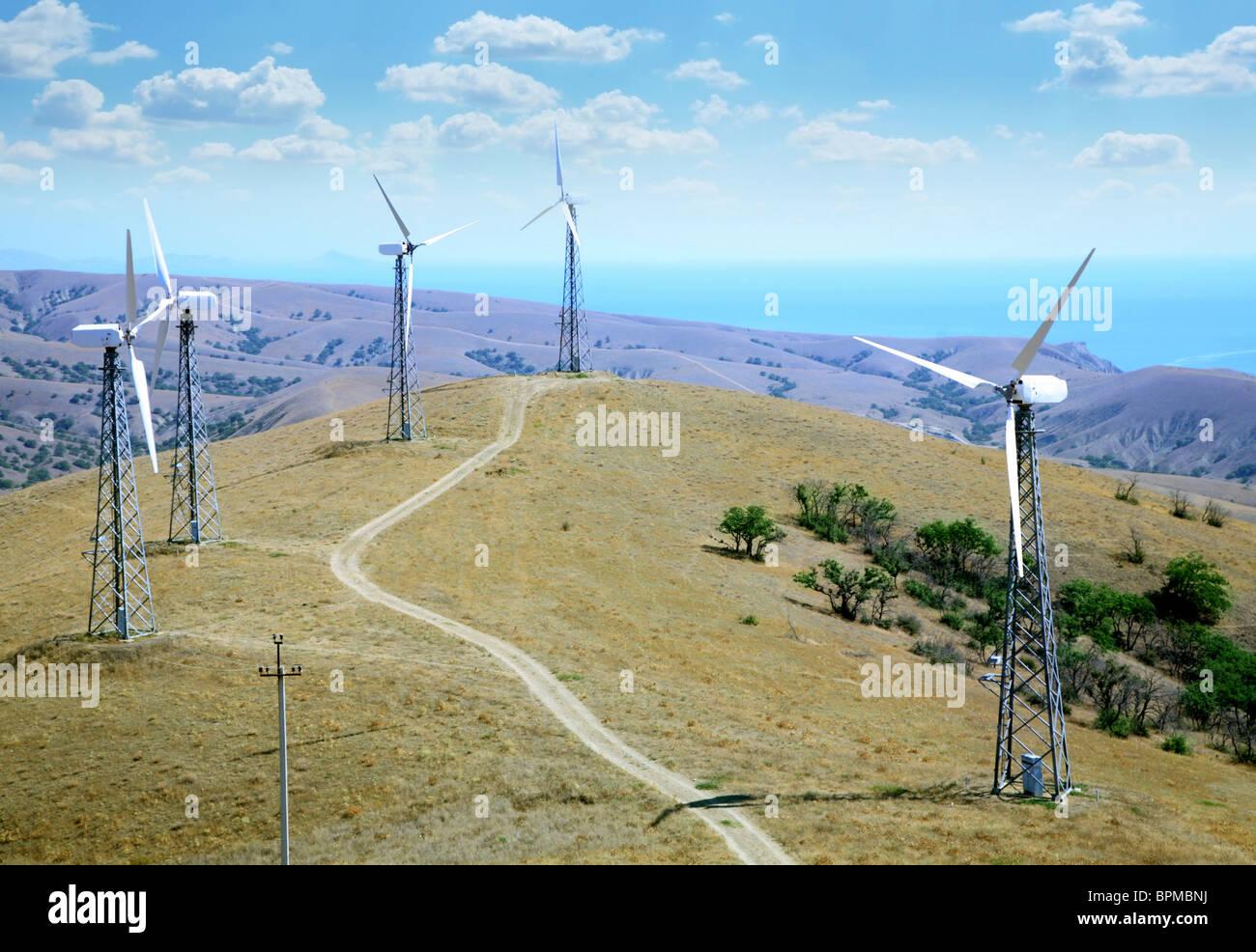 Landschaft mit Windrädern Stockbild
