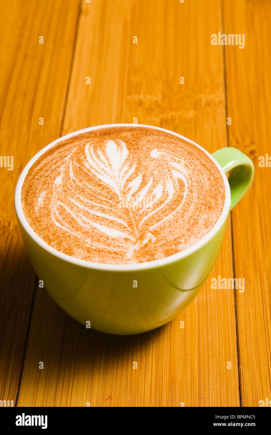 Ein Espresso trinken eine Tasse auf einem Bambus-Tisch. Seattle, WA Stockbild