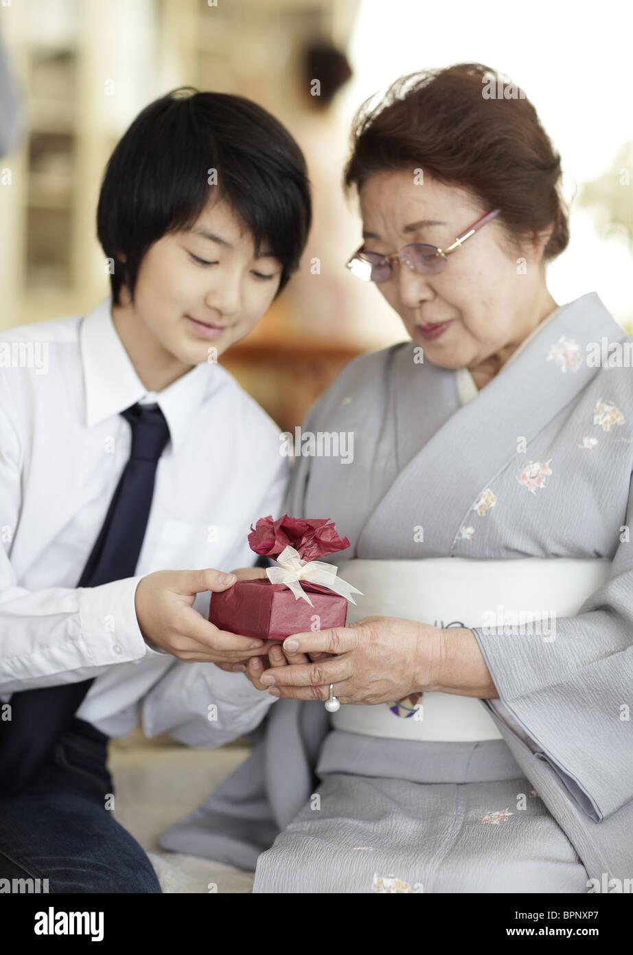 Junge, ein Geschenk seiner Großmutter Stockfoto, Bild: 31214799 - Alamy
