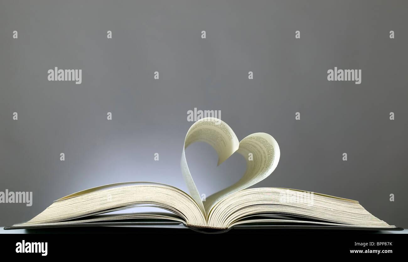 Buchen Sie mit geöffneten Seiten und Form des Herzens Stockfoto
