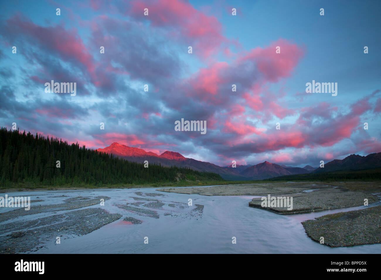 Sonnenuntergang über den Teklanika River Valley, Denali-Nationalpark, Alaska. Stockbild