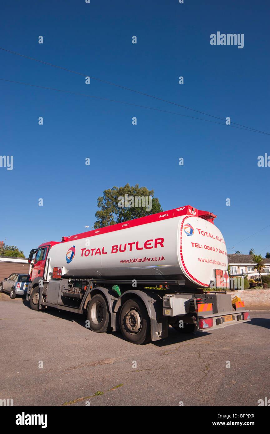 Ein Total Butler LKW liefern Heizöl an eine inländische Immobilien in Großbritannien Stockbild