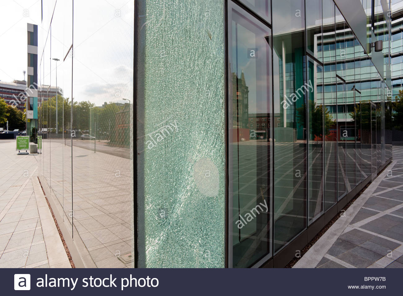 Shattered Pane Glass Stockfotos & Shattered Pane Glass Bilder Alamy