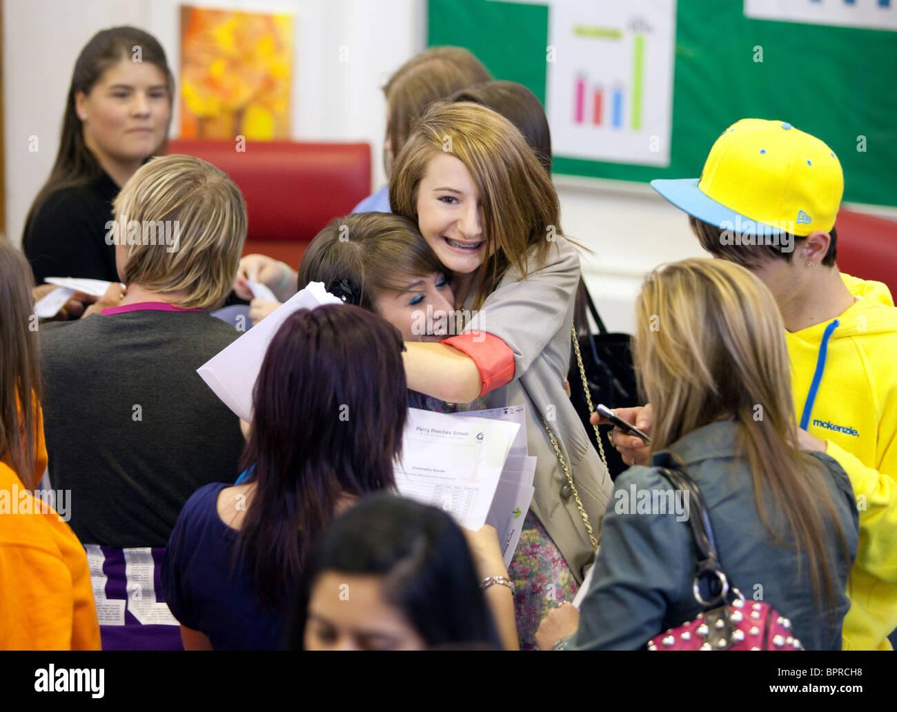 Schülerinnen und Schüler an Perry buchen School in Birmingham feiern ihre GCSE-Prüfungsergebnisse. Stockbild