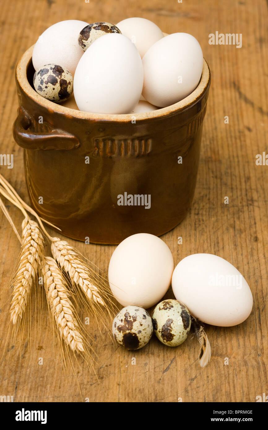 Eiern in alte Schüssel Stockbild