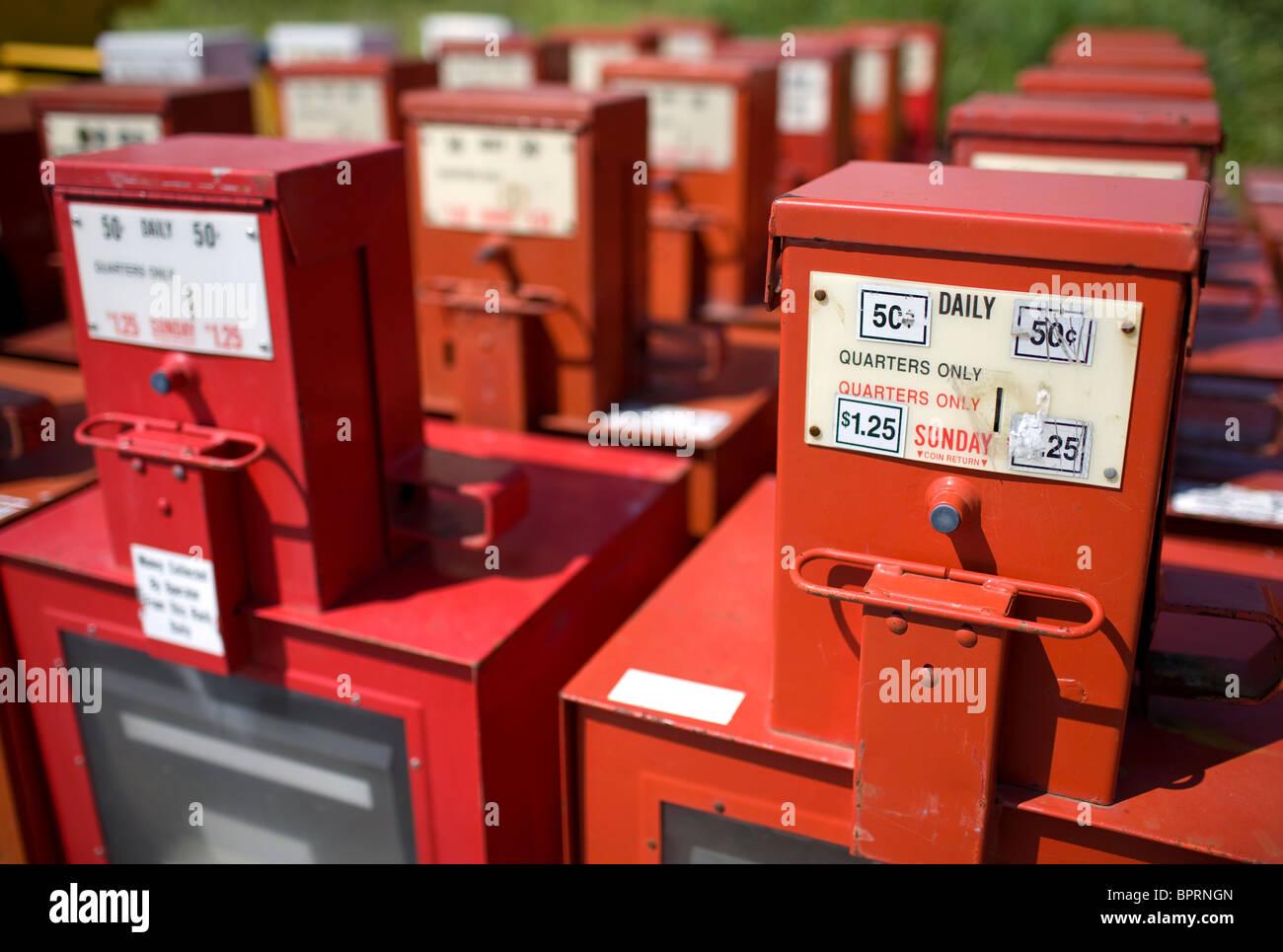 Reihen von überschüssigen Zeitung Boxen sitzen hinter einem Gebäude in Springdale, Arkansas Stockbild