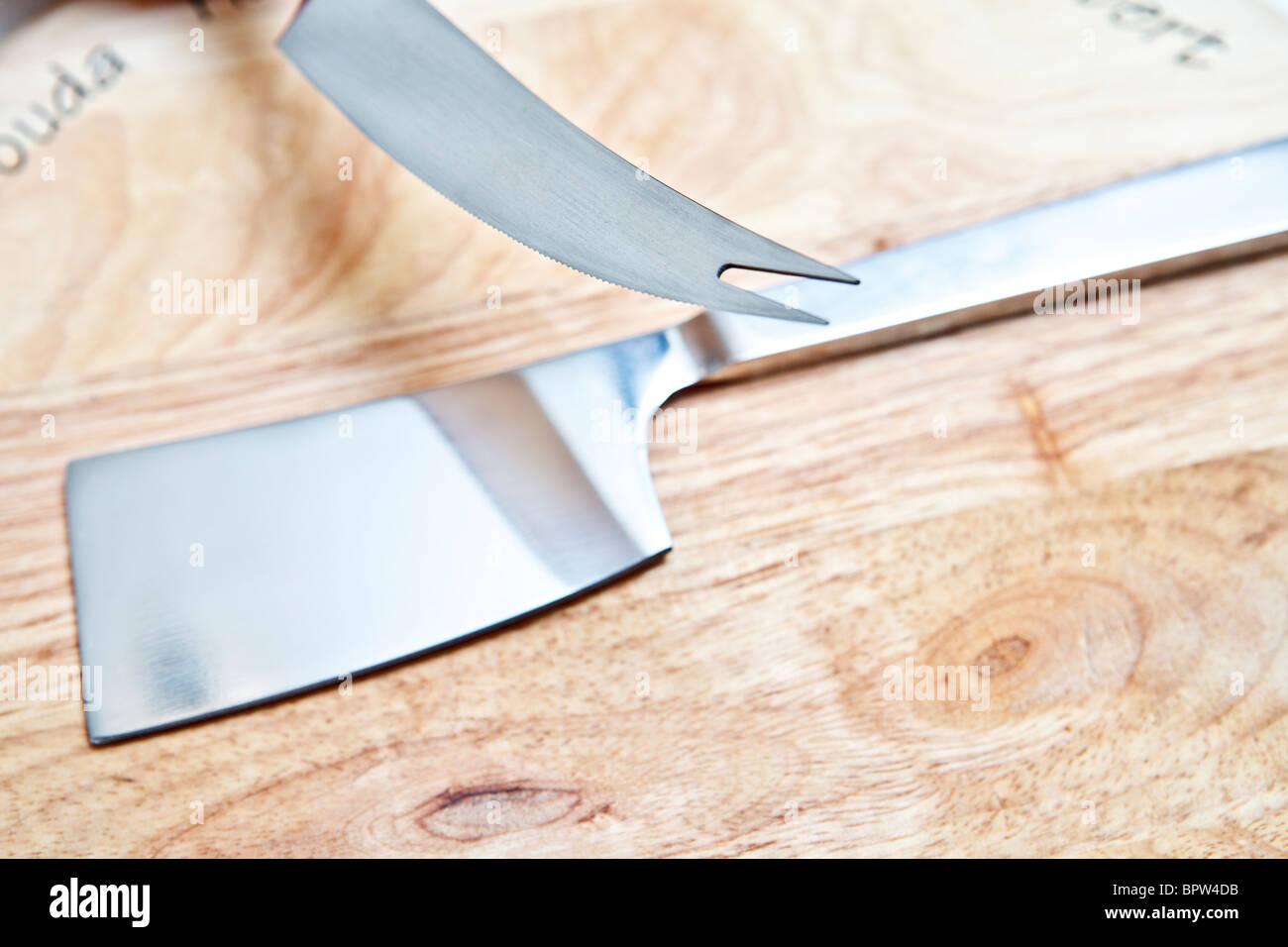 Edelstahl Küchengerät auf Holzbrett Stockbild