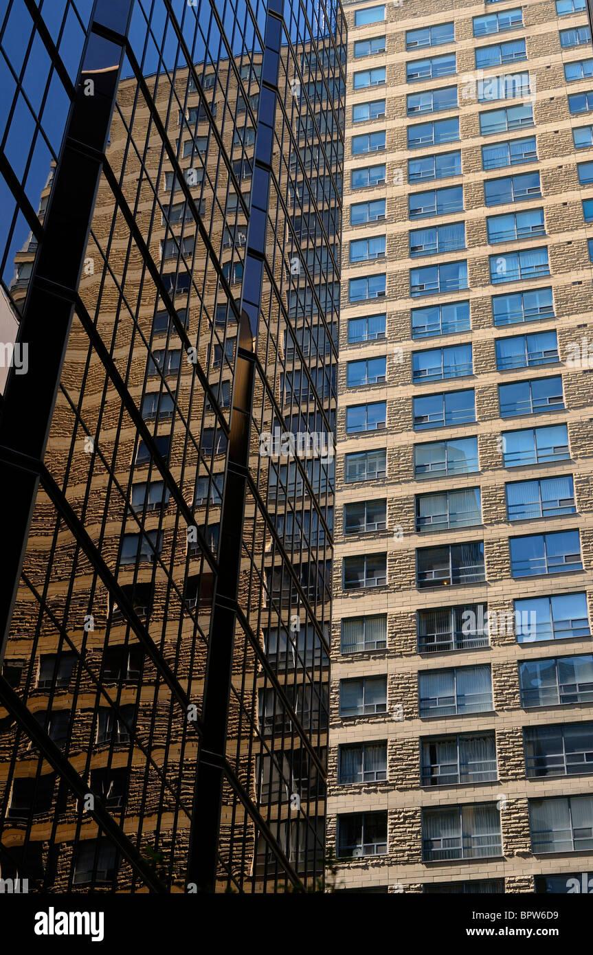 Auszug aus Stein Eigentumswohnung spiegelt sich in das Glas von einem Hochhaus Büroturm Toronto Stockbild