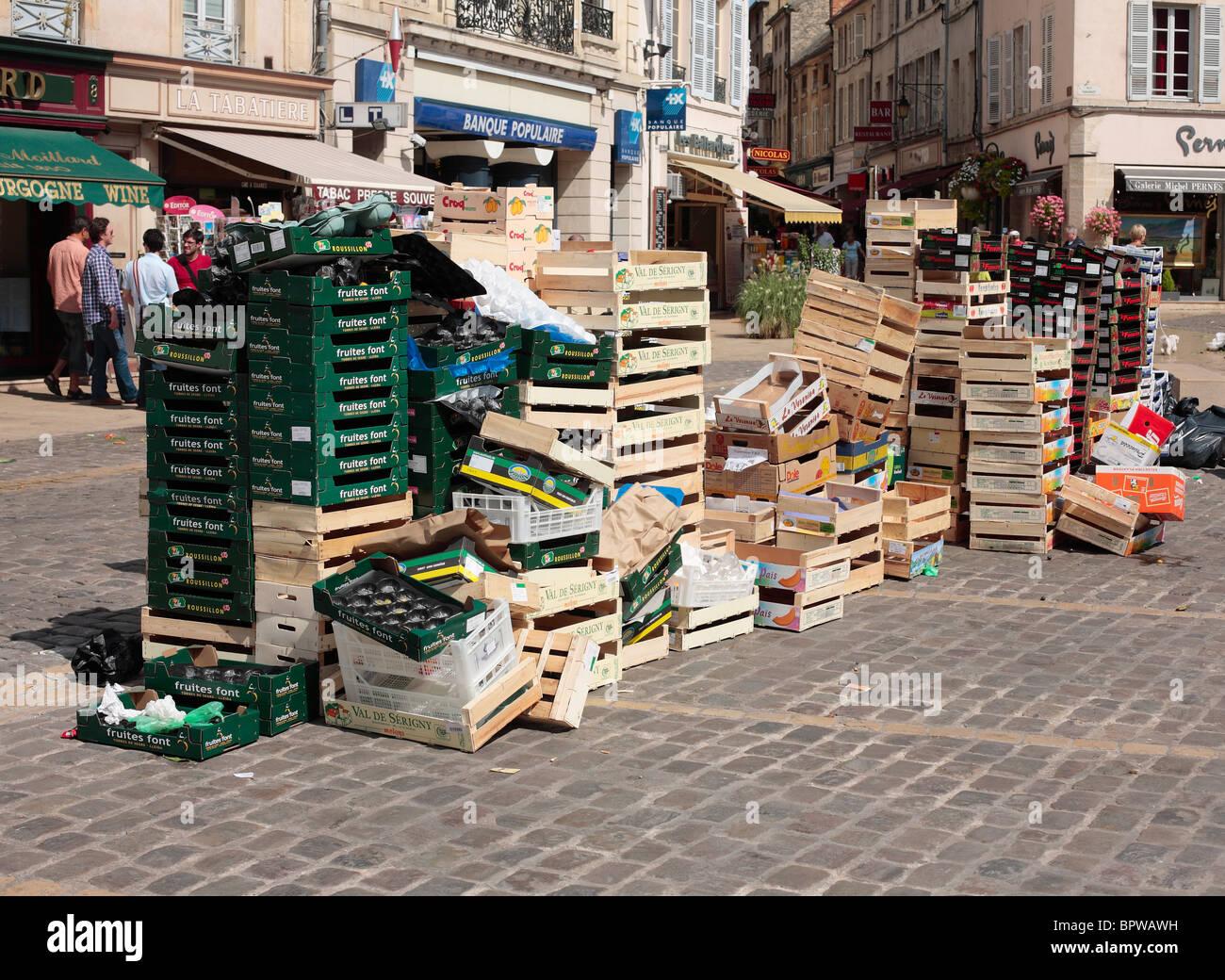 Leeren Sie Obstkisten und anderem Müll nach einem Straßenmarkt in das Zentrum von Beaune in Burgund, Frankreich. Stockbild