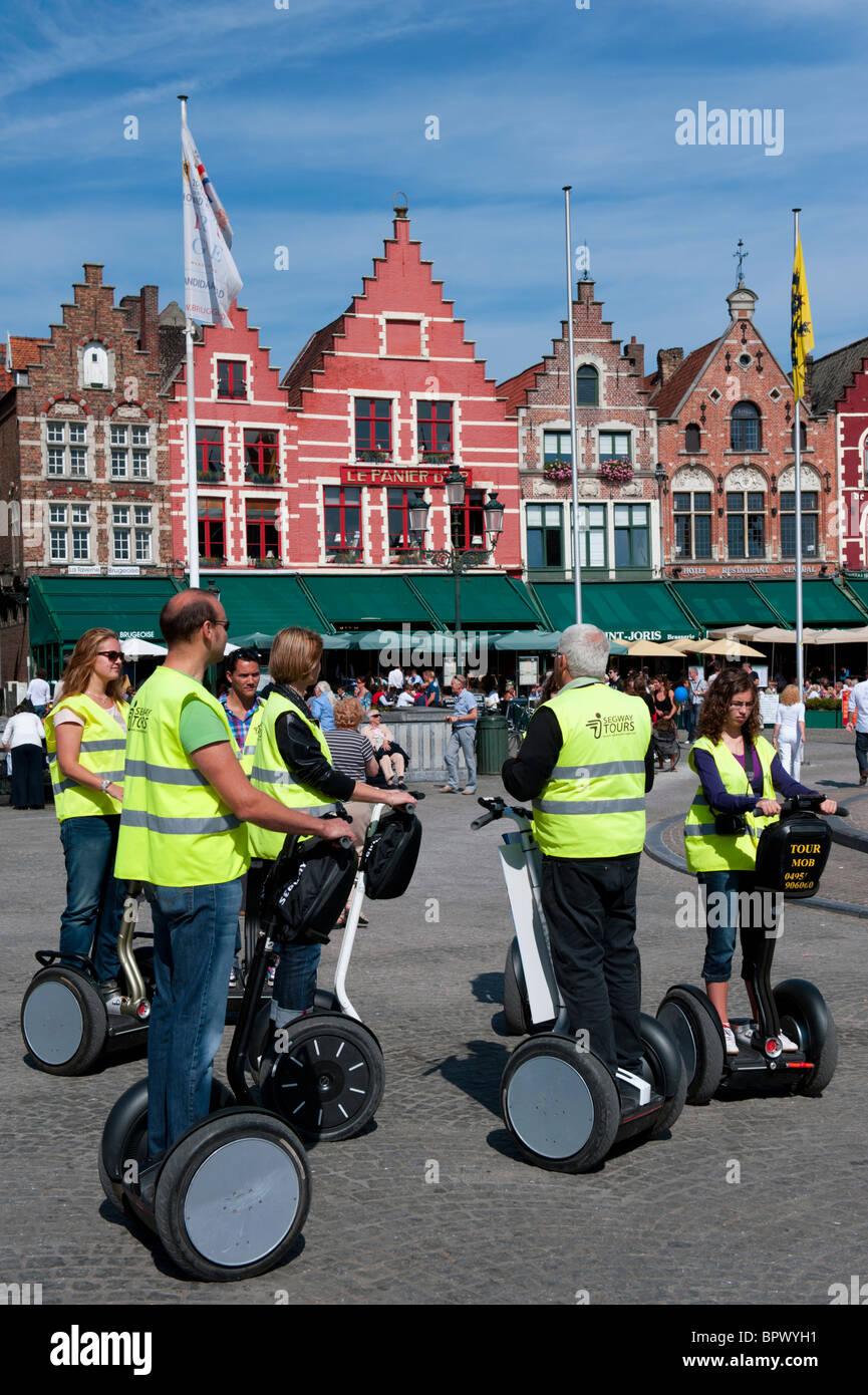 Gruppe von Touristen auf Tour des historischen Brügge auf Segway Elektrofahrzeuge in Belgien Stockbild