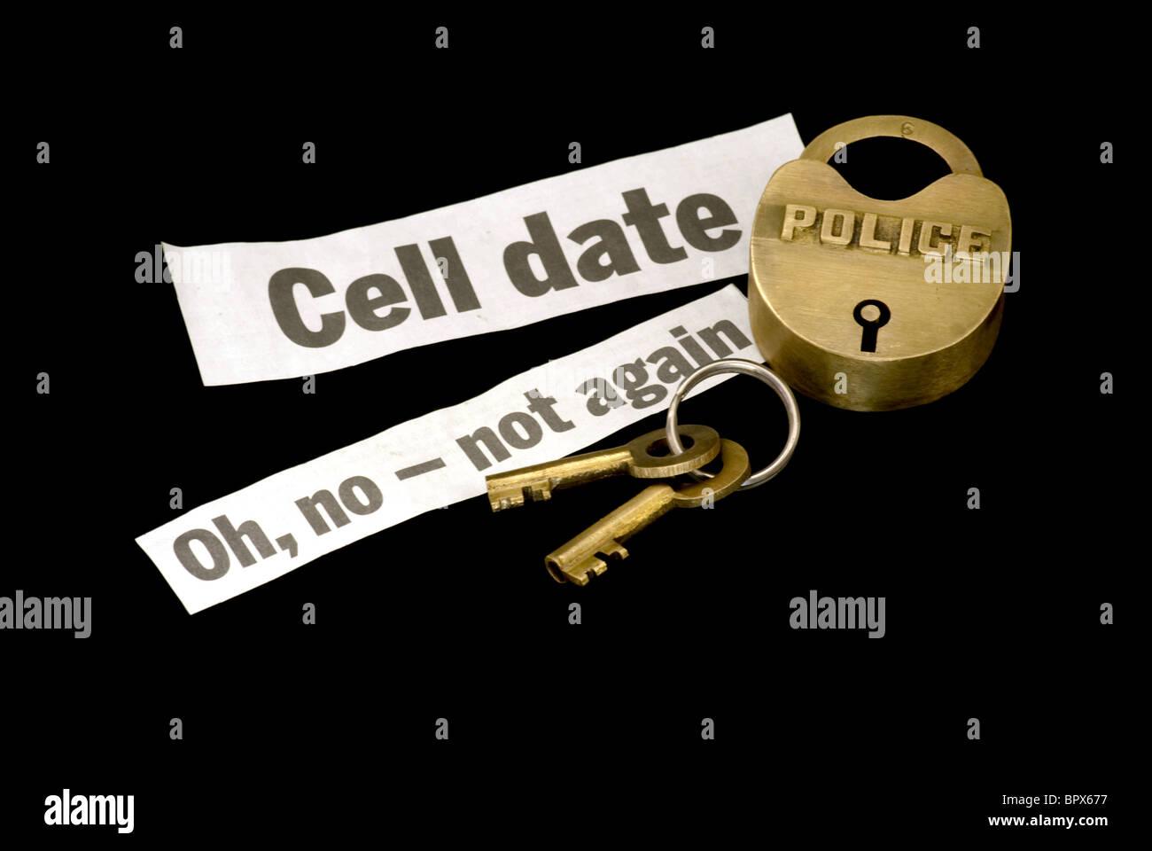 Polizei-Schloss und Schlüssel mit Gefängnis-Zelle-Datum-Warnung als ein Wiederholungstäter Stockfoto