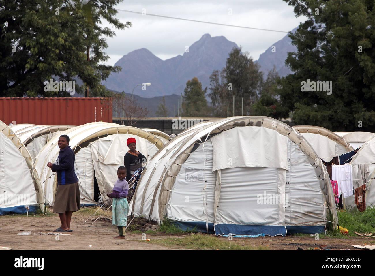 Südafrika: Flüchtlinge aus Simbabwe wohnen immer noch in Zelten im DeDoorns Refugee Camp, Western Cape, Stockbild
