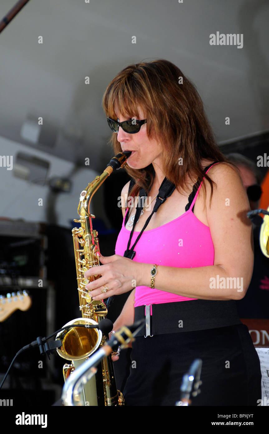 Lynn Roxy der 50er-Jahre-Band The Radkappen spielt die Saxiphone beim jährlichen Labor Day Festival Stockbild