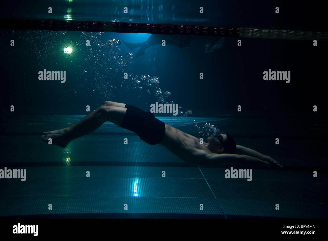 schwimmer schwimmen unter wasser ausatmen luftblasen auf blauem hintergrund stockbild - Ausatmen Fans Usa