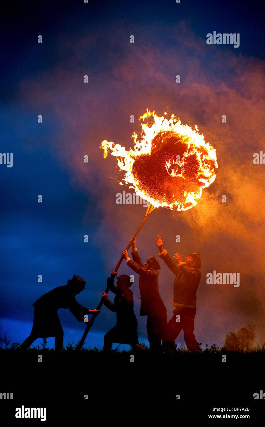 Vorbereitungen für 2010 Bonfire Night im Dorf von East Hoathly in der Nähe von Lewes. Mohnblumen werden Stockbild