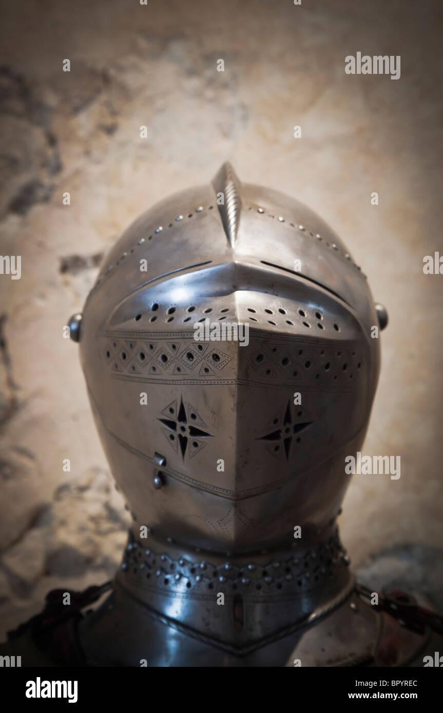 Segovia, Provinz Segovia, Spanien. 14. oder 15. Jahrhundert Beckenhaube Stil visored Helm auf dem Display im Alcazar Stockbild