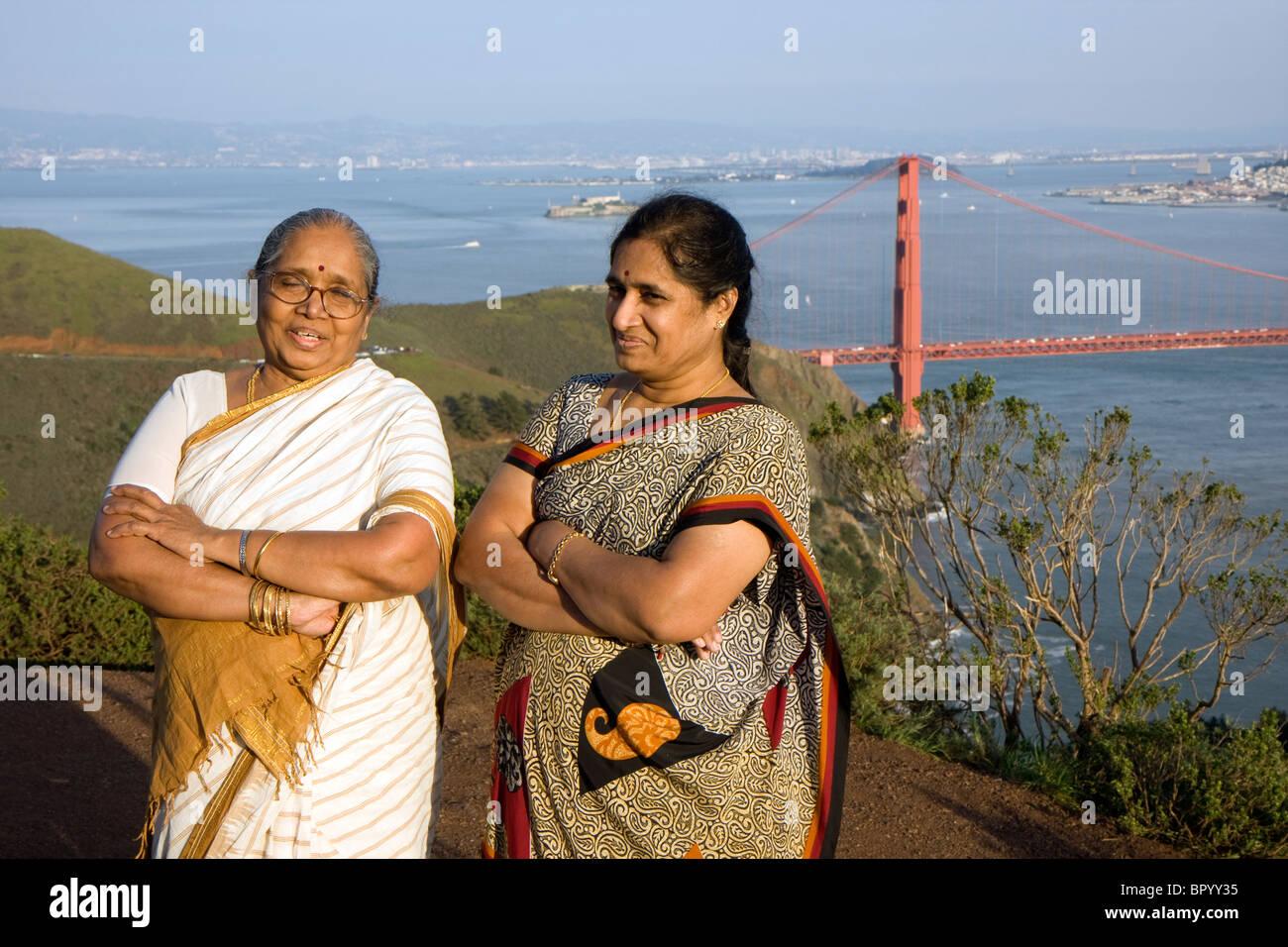 Indische Touristen neben der Golden Gate Bridge in San Francisco Stockbild