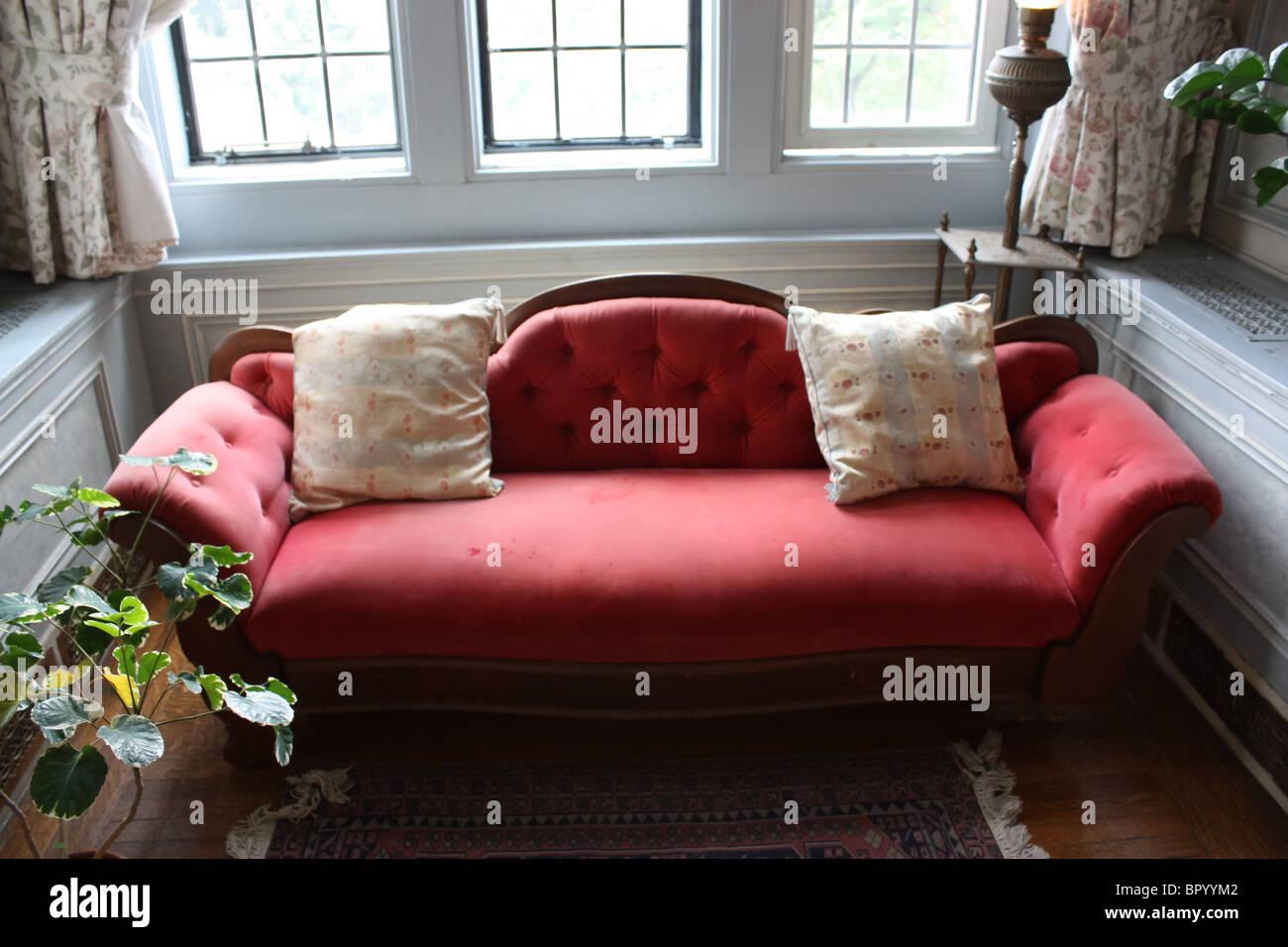 Retro-rotes Sofa Möbel Herrenhaus Stockbild