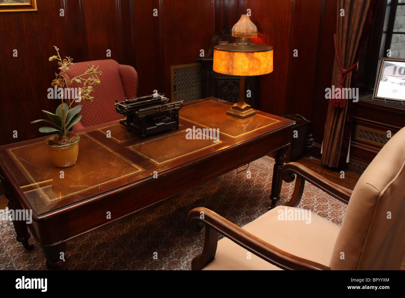 Retro Vintage Buro Stuhl Schreibmaschine Schreibtischlampe Stockfoto