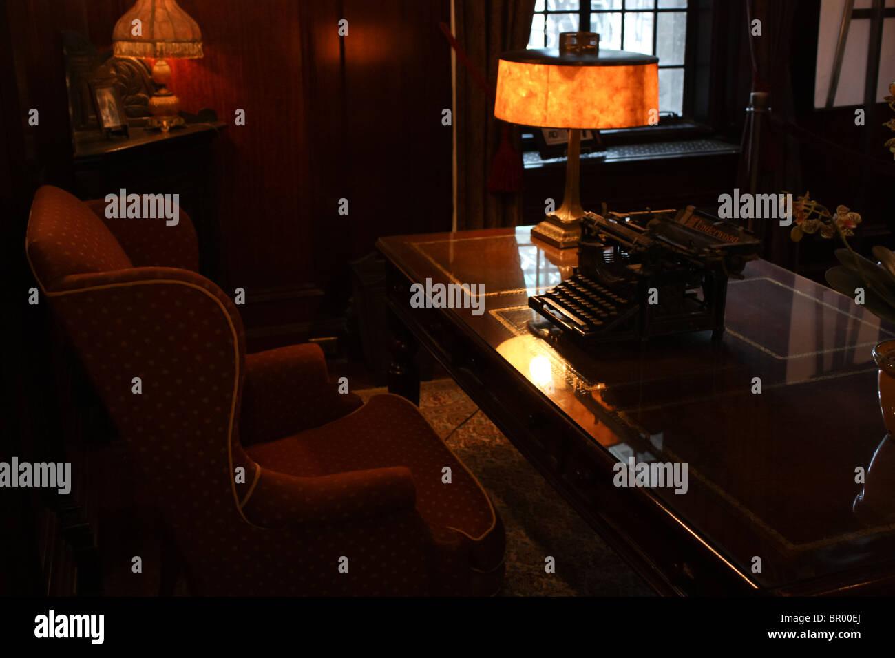 dunkle Studie Zimmer Lampe Licht Schreibtisch Stuhl alten vintage Stockbild