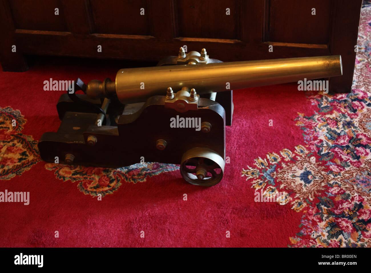 alte retro Vintage Spielzeug Kanone roten Teppich Stockbild