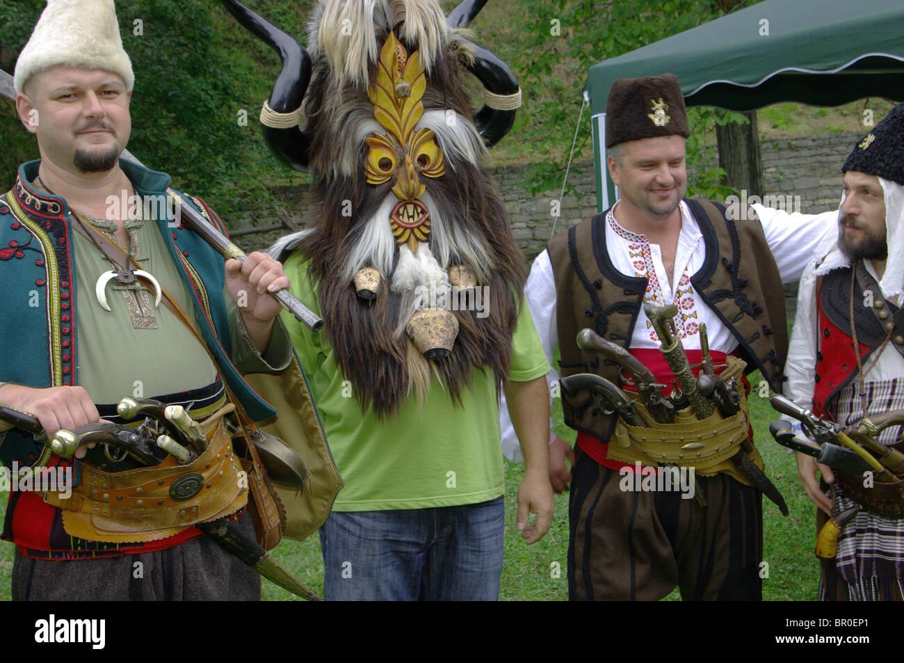 Mann mit Waffen und Kleidung vom 17. / 18. Jahrhundert in Bulgarien Stockbild