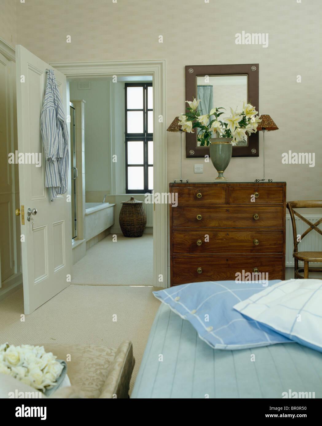 Blaue Und Weiße Kissen Auf Dem Bett Im Schlafzimmer Stadthaus Mit Antik  Kommode Neben Tür öffnen, En Suite Badezimmer