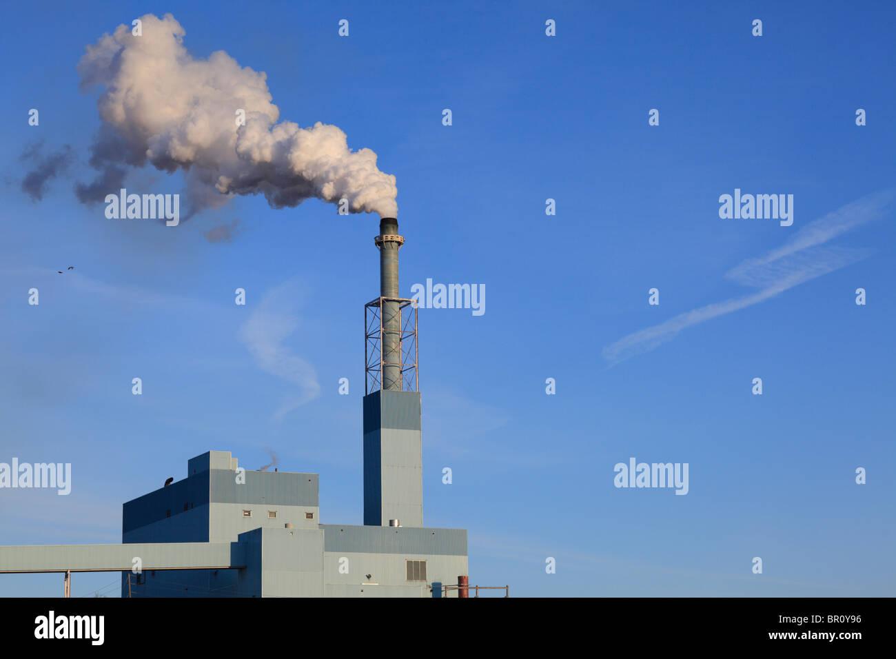Papierfabrik mit einem Schornstein Rauchschwaden. Stockbild
