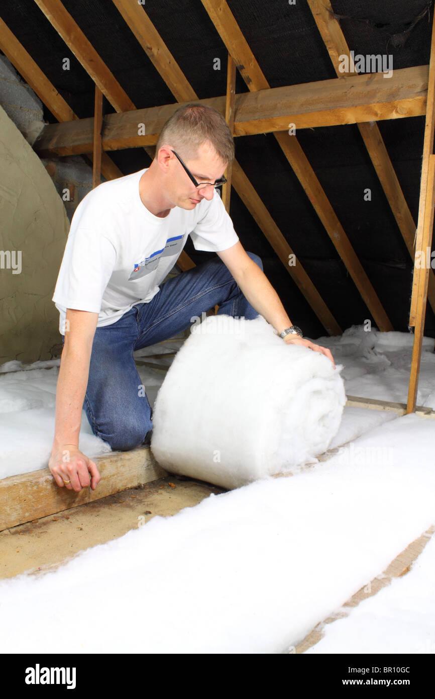 Mann, die Dachdämmung im Dachboden Dacherker Verlegung Stockbild