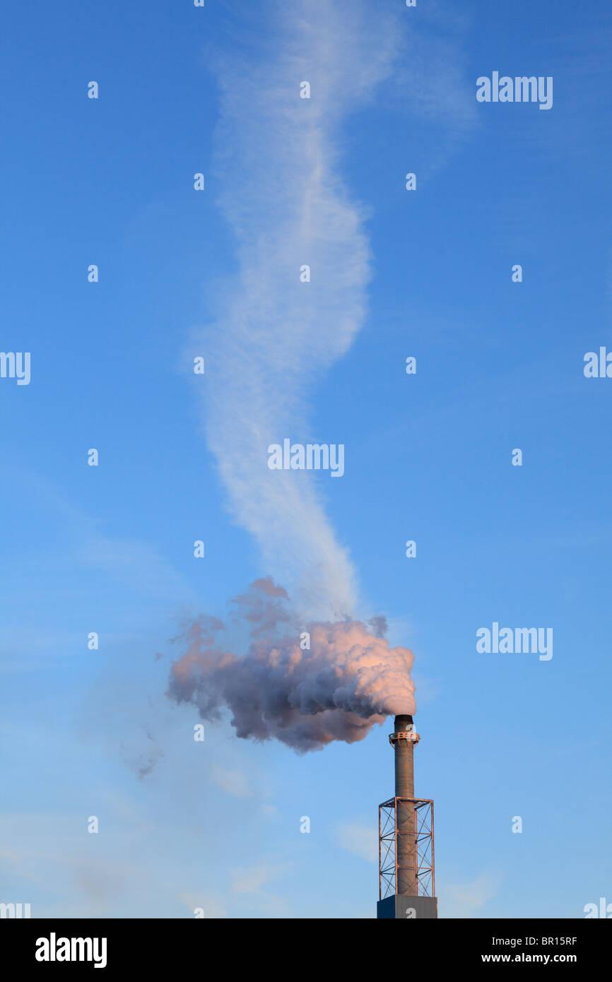 Wolkenbildung und Rauchschwaden aus einem Schornstein. Stockbild
