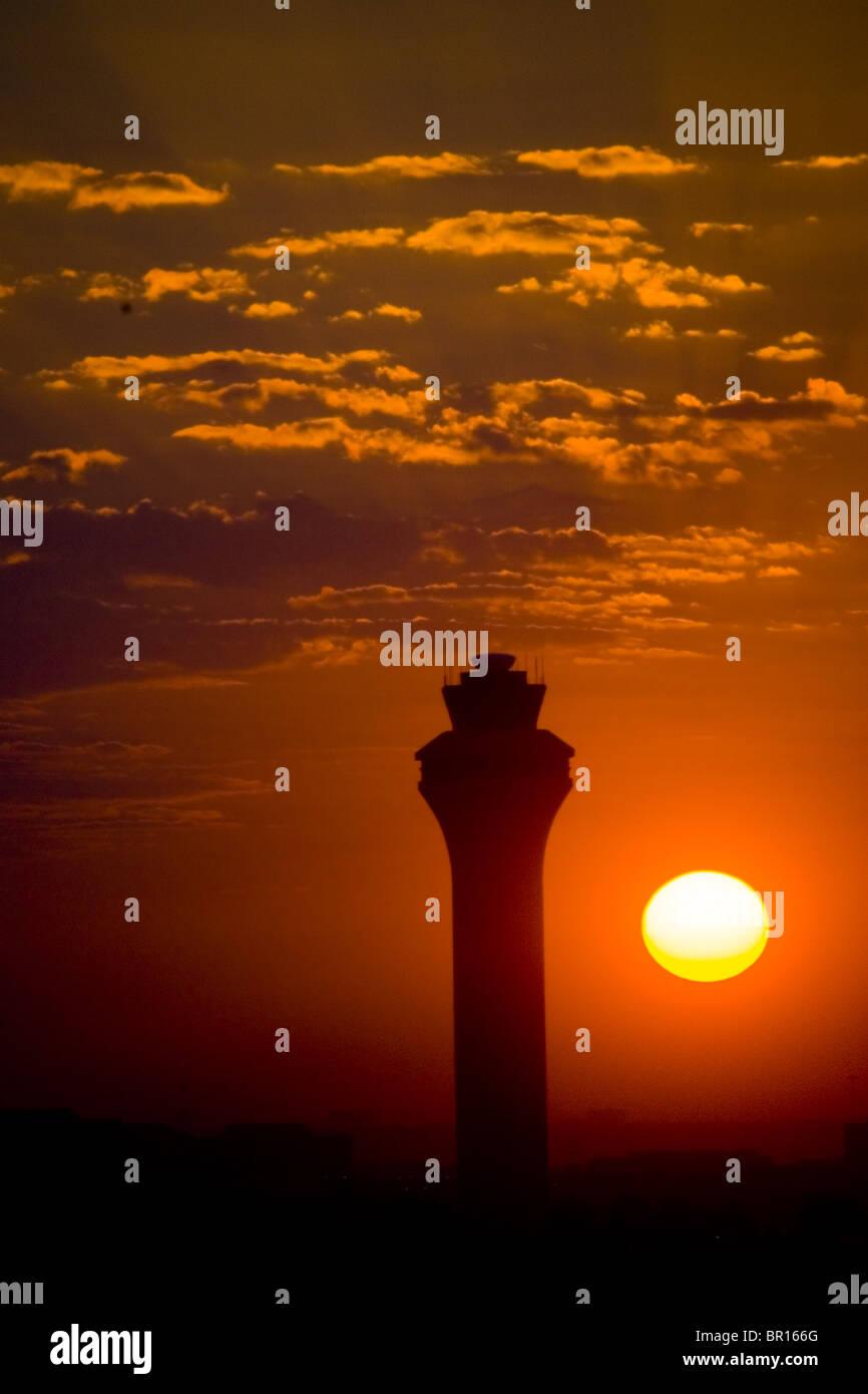 Bei Sonnenaufgang, Texas FlughafenKontrollturm Stockfoto