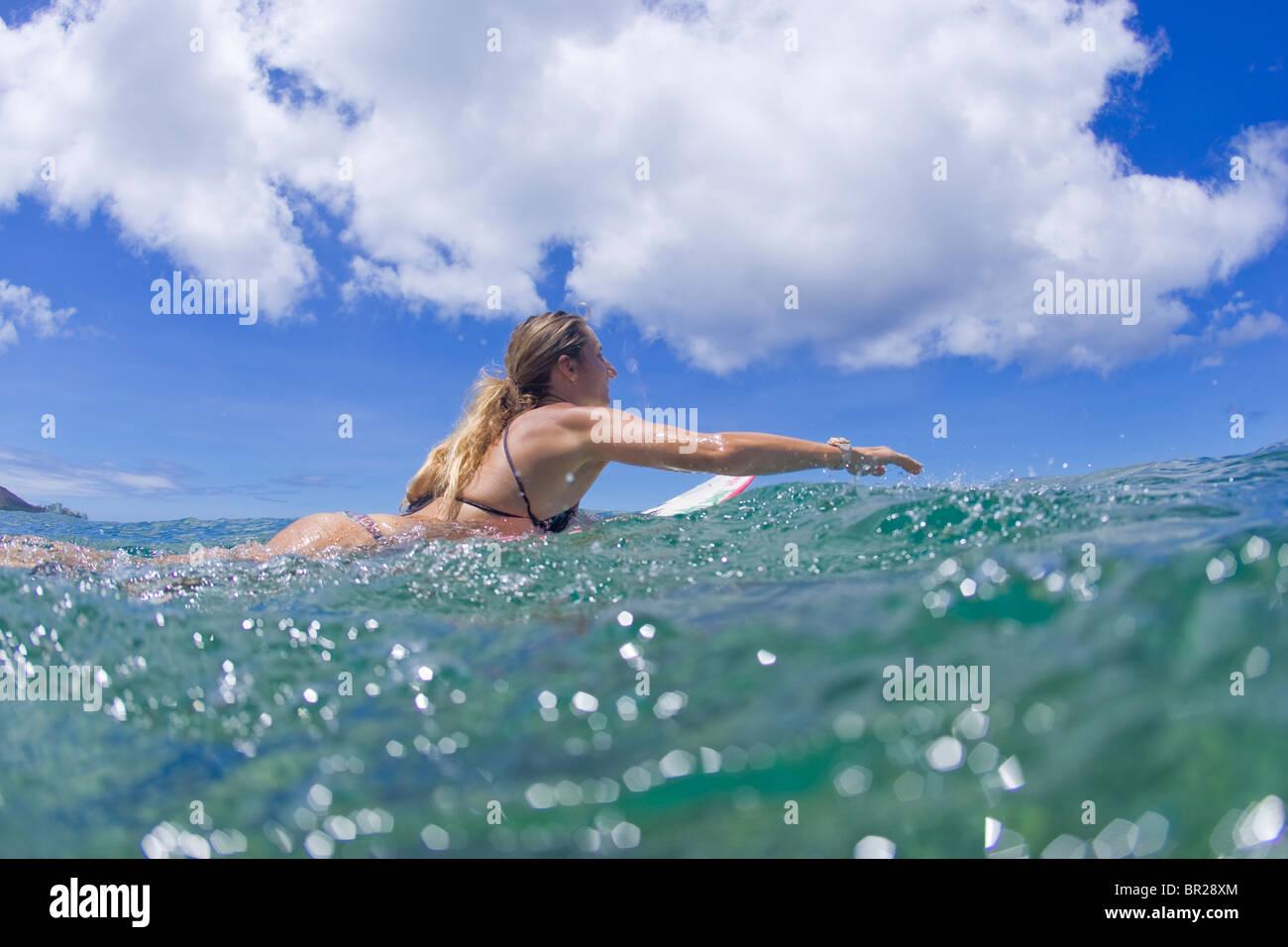 Mädchen-paddeln-Surfbrett Stockbild