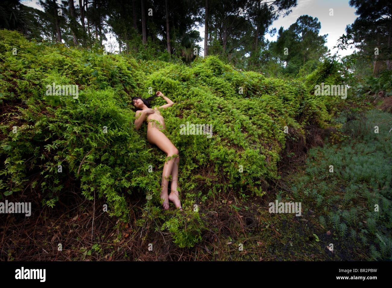 Natur junge frau nackt Schönheiten in