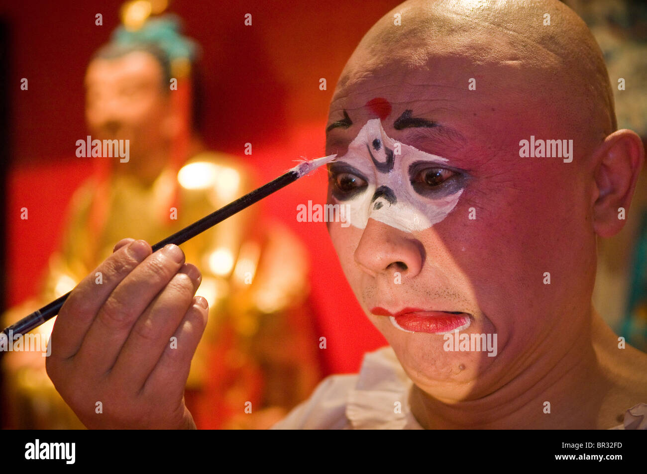 Sichuan Oper Schauspieler gilt Make-up vor der Ausführung auf Shufenyayuan Teehaus, Chengdu, Provinz Sichuan, Stockbild